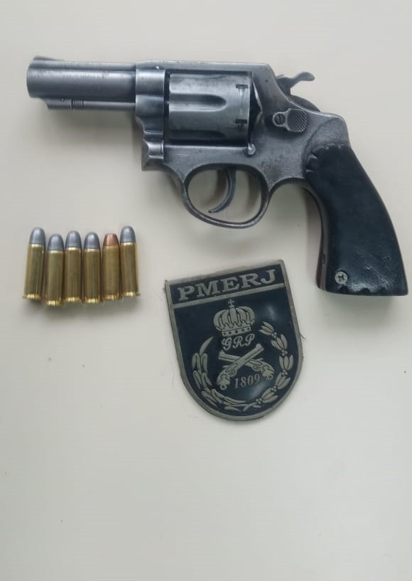 Homem é preso com arma após perseguição na Via Dutra, em Piraí