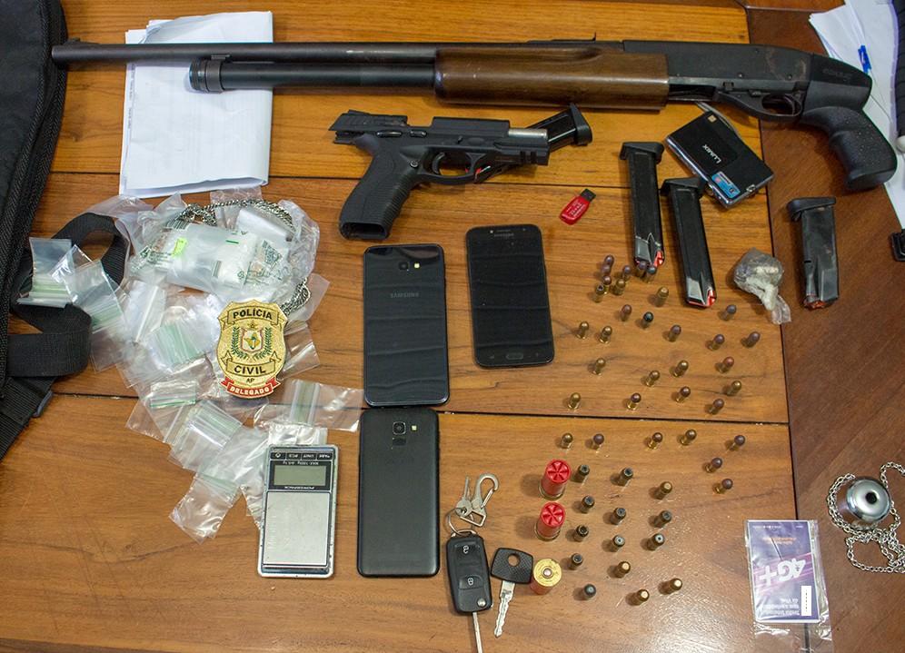 Polícia encontra espingarda, pistola e drogas durante busca de investigado por homicídio no AP