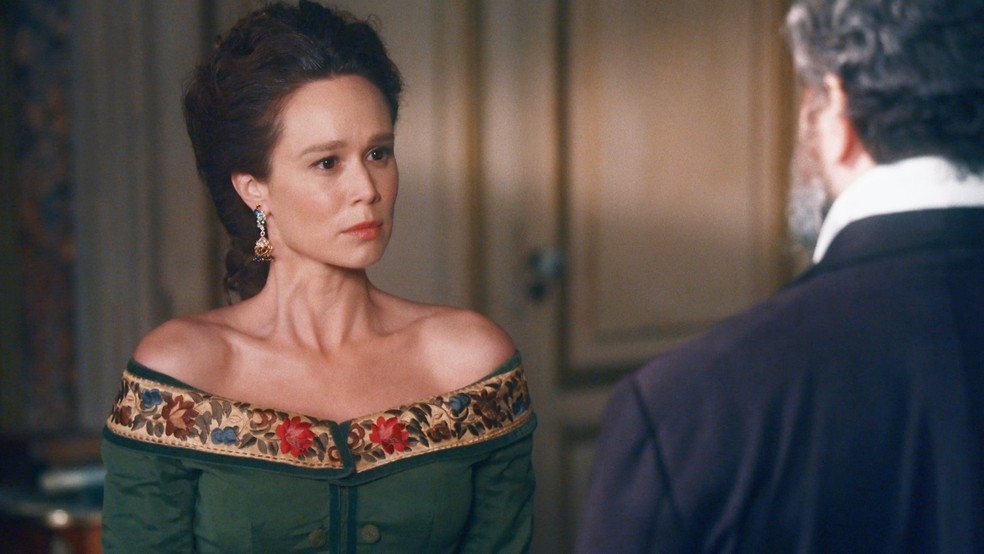 Luísa (Mariana Ximenes) se sentirá ofendida com desconfiança de Pedro (Selton Mello) em 'Nos Tempos do Imperador' — Foto: Globo