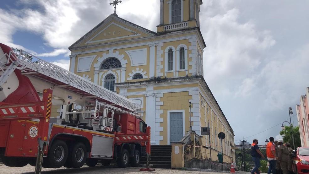 Torre de igreja é danificada durante chuvas, em João Pessoa, e local é interditado  — Foto: Zuila David/TV Cabo Branco