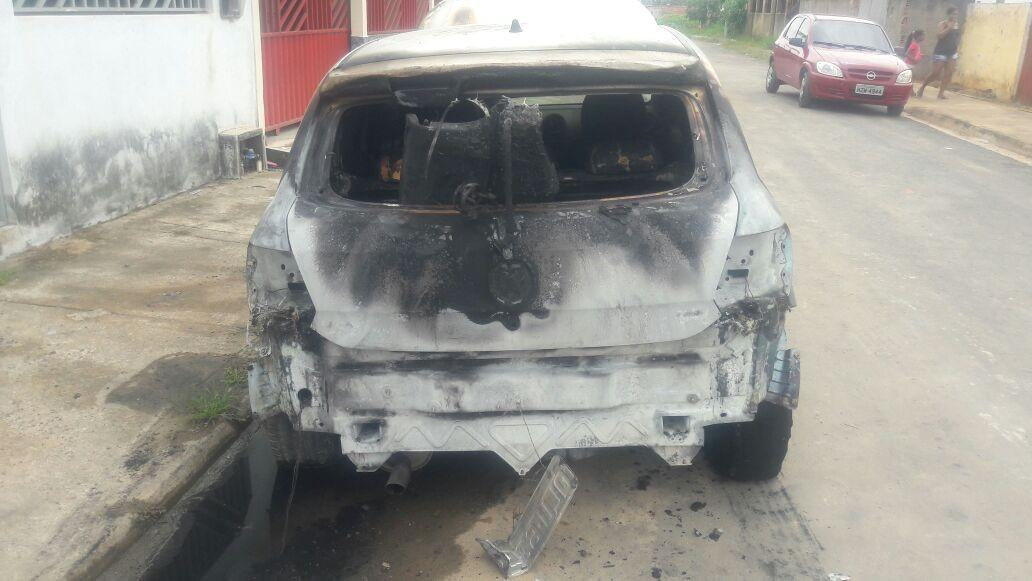Carro de policial militar é incendiado na garagem de casa em Rio Branco