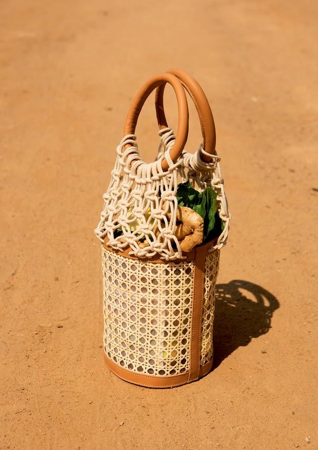 Inspirada na ideia, a Le Soleil D'été (r$ 898) criou versão mais estruturada da bolsa que é mania entre as fashionistas que vivem no alvo dos fotógrafos de street style (Foto: Caio Ramalho)