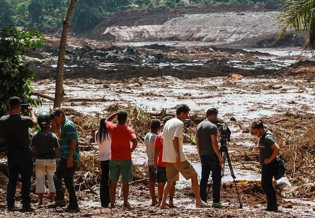 Moradores de Brumadinho observam estragos após rompimento da barragem da Vale (Foto: Rodney Costa/picture alliance via Getty Images)