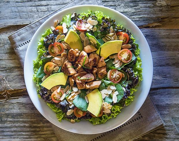 Receita-de-salada-verde-alface-rucula-e-frango-com-abacate (Foto: Ligia Skowronski / Divulgação)