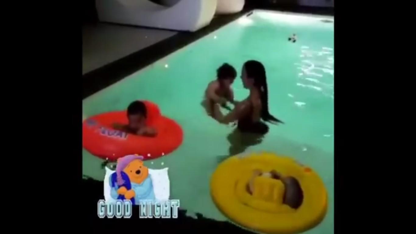 A namorada do jogador de futebol Cristiano Ronaldo, a modelo Georgina Rodriguez, dentro de uma piscina com três dos quatro filhos do atleta (Foto: Instagram)