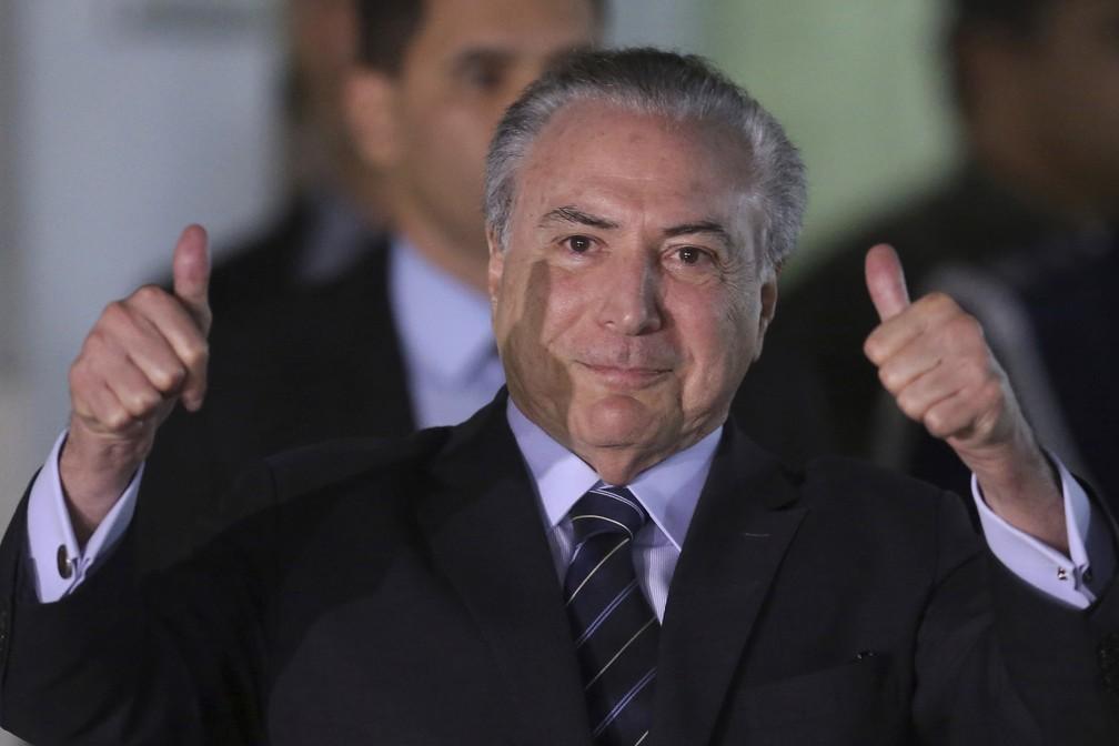 O presidente Michel Temer, em imagem desta quarta-feira (25), após deixar hospital em Brasília (Foto: Eraldo Peres/AP)
