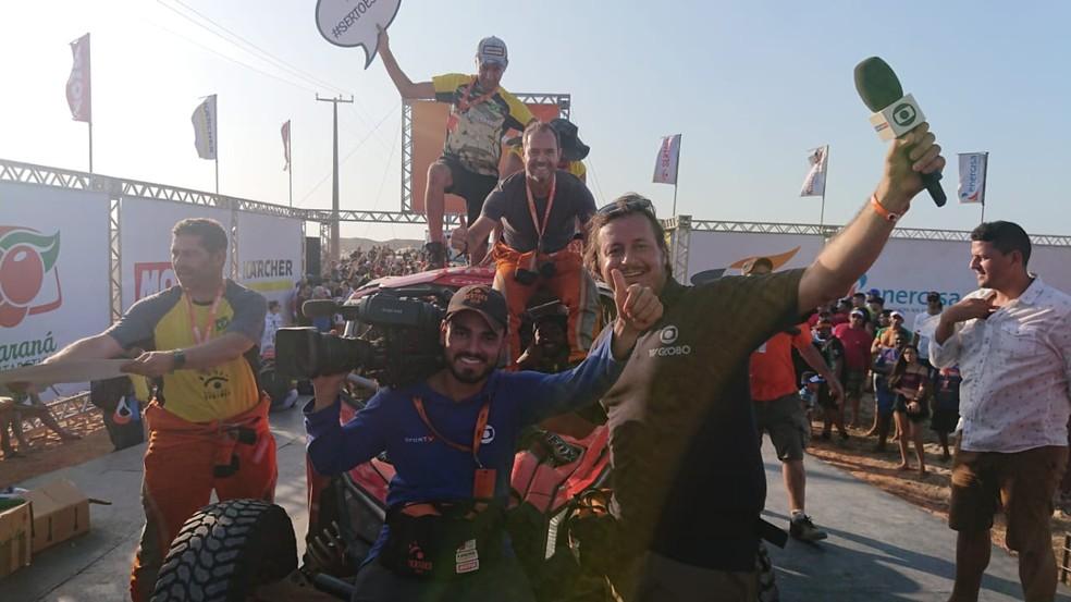 A equipe da Globo na chegada de Clayton no Rally dos Sertões 2019 — Foto: Divulgação / Fotop