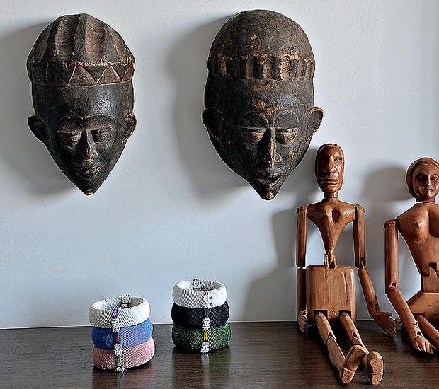 Paulo Borges também mistura o artesanato brasileiro ao de outras culturas. Ao lado do boneco de madeira, da Bahia, máscaras trazidas da África (Foto: Marcelo Magnani/Casa e Jardim)