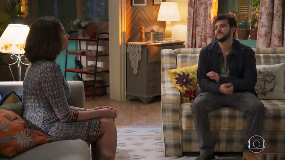 Giovanni (Jayme Matarazzo) e Francesca (Marisa Orth) conversam sobre Camila (Agatha Moreira) e o desaparecimento de Guido (Werner Schünemann) - 'Haja Coração' — Foto: Globo