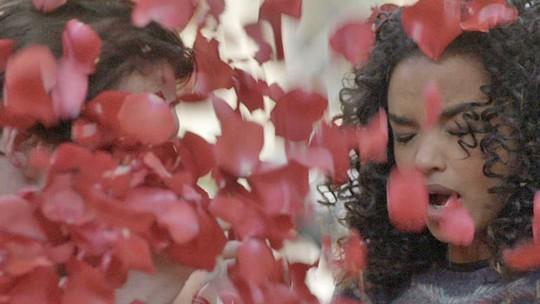 Lindomar faz surpresa e pede Patrícia em casamento