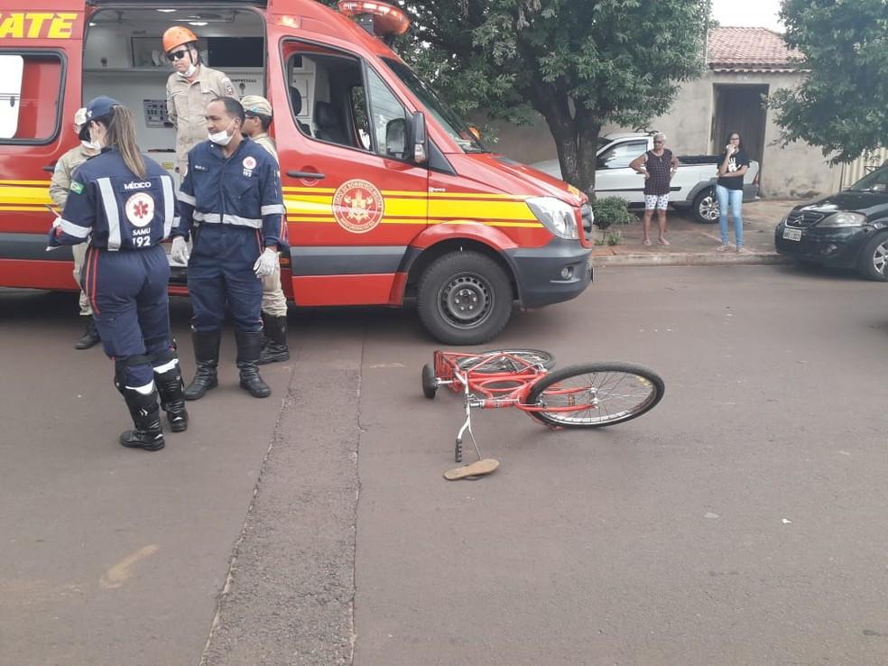 Bicicleta da vítima e carro da motorista ficaram danificados — Foto: Osvaldo Nóbrega/TV Morena