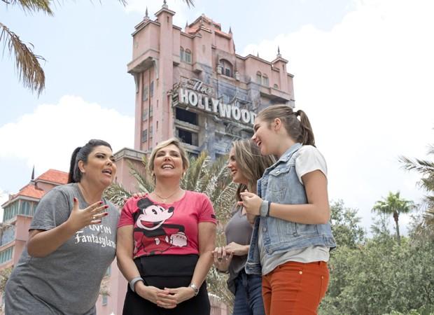 Heloísa Périssé se diverte com as filhas no parque temático Disney Hollywood Studios (Foto: Gregg Newton/Walt Disney World)