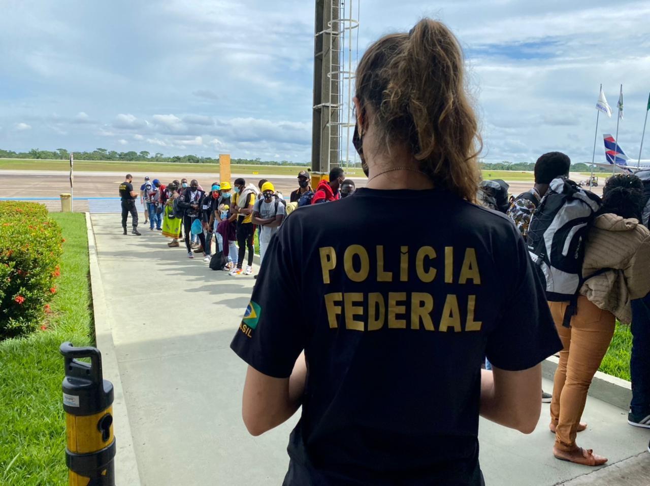 PF cumpre mandados de busca e apreensão contra transporte ilegal de imigrantes entre Acre e Peru