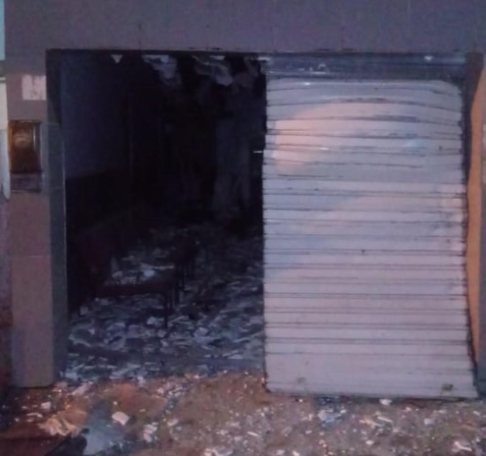Criminosos explodiram caixa eletrônico em Tacaimbó na madrugada desta segunda-feira (3) — Foto: Polícia Militar/Divulgação