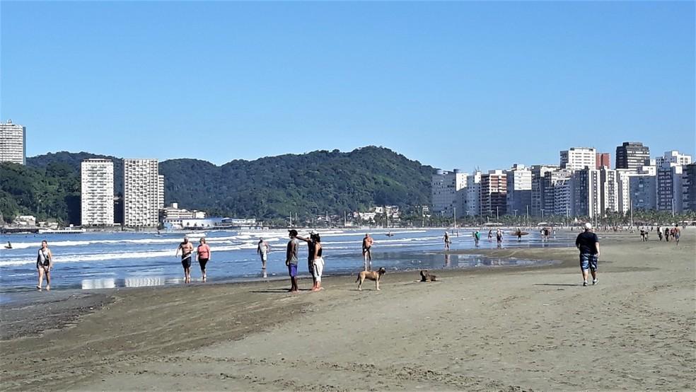 Banhistas e surfistas aproveitaram o domingo (17) ensolarado, apesar das medidas de isolamento social.  — Foto: Ronaldo Dantas