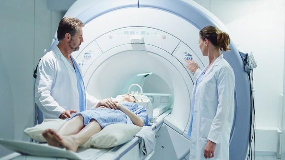 Estudos que avaliem exames de imagem do cérebro ajudarão a entender o que a covid-19 causa nesse órgão  Foto: Getty Images/Via BBC