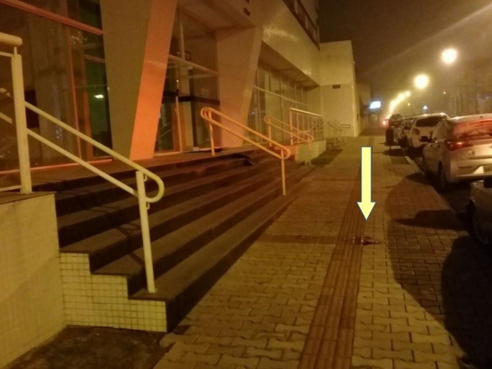 Foto que consta no relatório da Polícia Civil mostra sangue na calçada do prédio  (Foto: Divulgação/Polícia Civil )