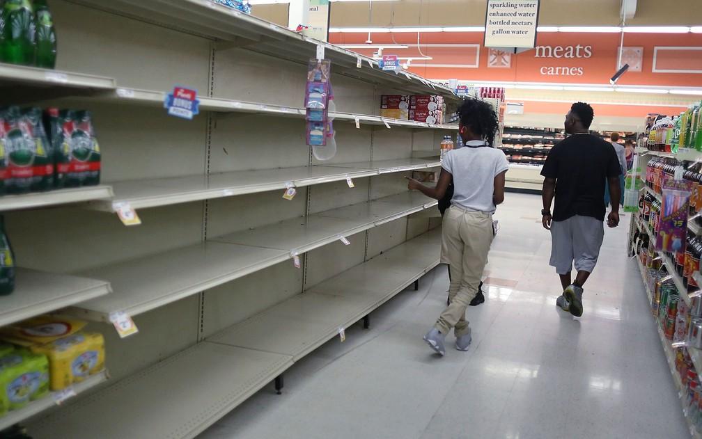 Prateleiras quase vazias são vistas enquanto pessoas compram alimentos e água para se preparar para a passagem do furacão Irma, em Homestead, na Flórida, na terça (5) (Foto: Joe Raedle/Getty Images/AFP)