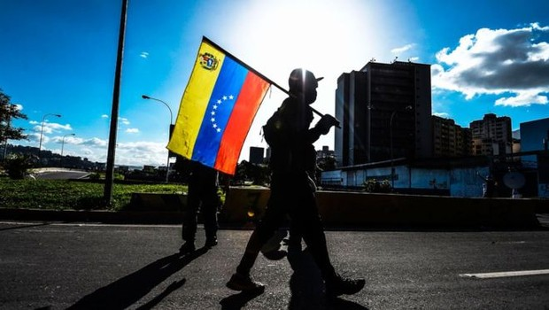 População venezuelana tem ido às ruas em atos contra ou a favor do presidente Maduro (Foto: AFP via BBC)