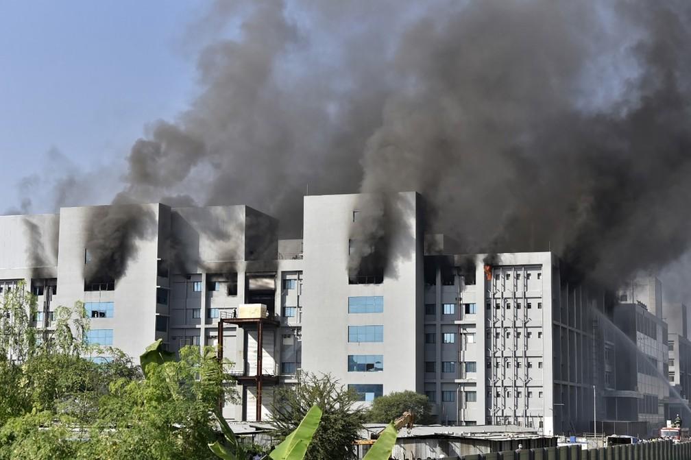 Incêndio em prédios do Instituto Serum, na cidade de Pune, na Índia, em 21 de janeiro de 2021 — Foto: AFP