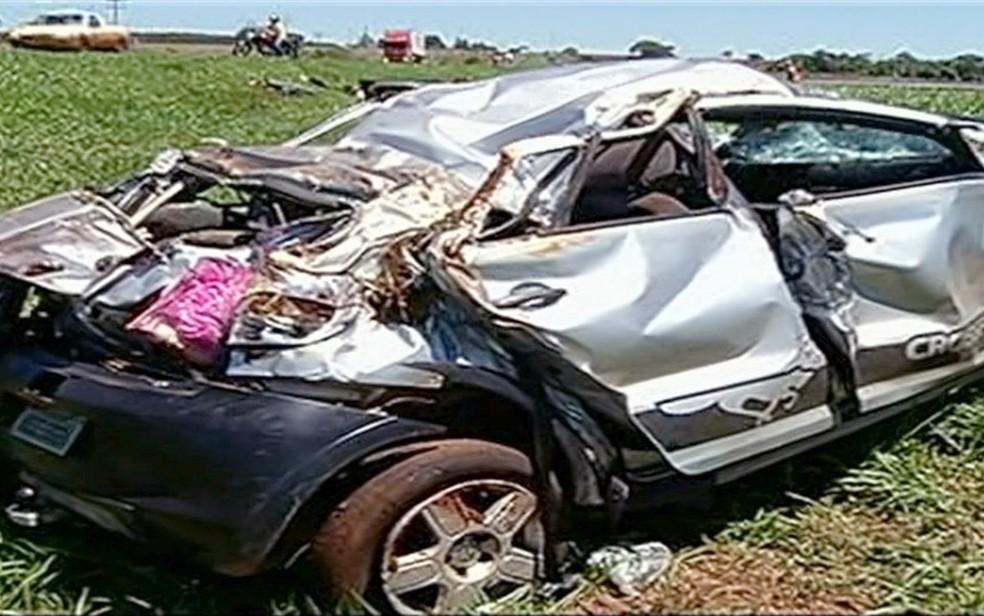 -  Carro capota, mata criança e fere outras 4 pessoas na BR-153, em Itumbiara  Foto: TV Anhanguera/Reprodução
