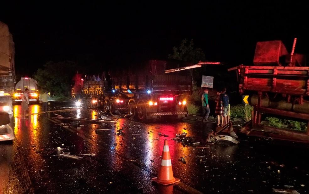 Caminhão ficou destruído após a colisão  (Foto: Blogbraga/Repórte Ivonaldo Paiva)