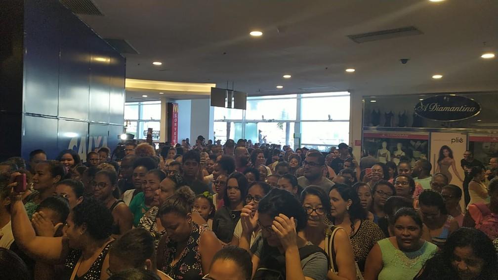 Multidão chega cedo para aproveitar descontos da Black Friday em shopping de Salvador  — Foto: Maiana Belo/G1