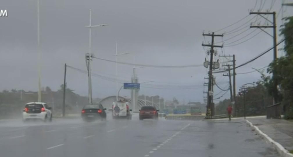 Avenida Paralela amanhece com chuva forte nesta quinta-feira — Foto: Reprodução / TV Bahia