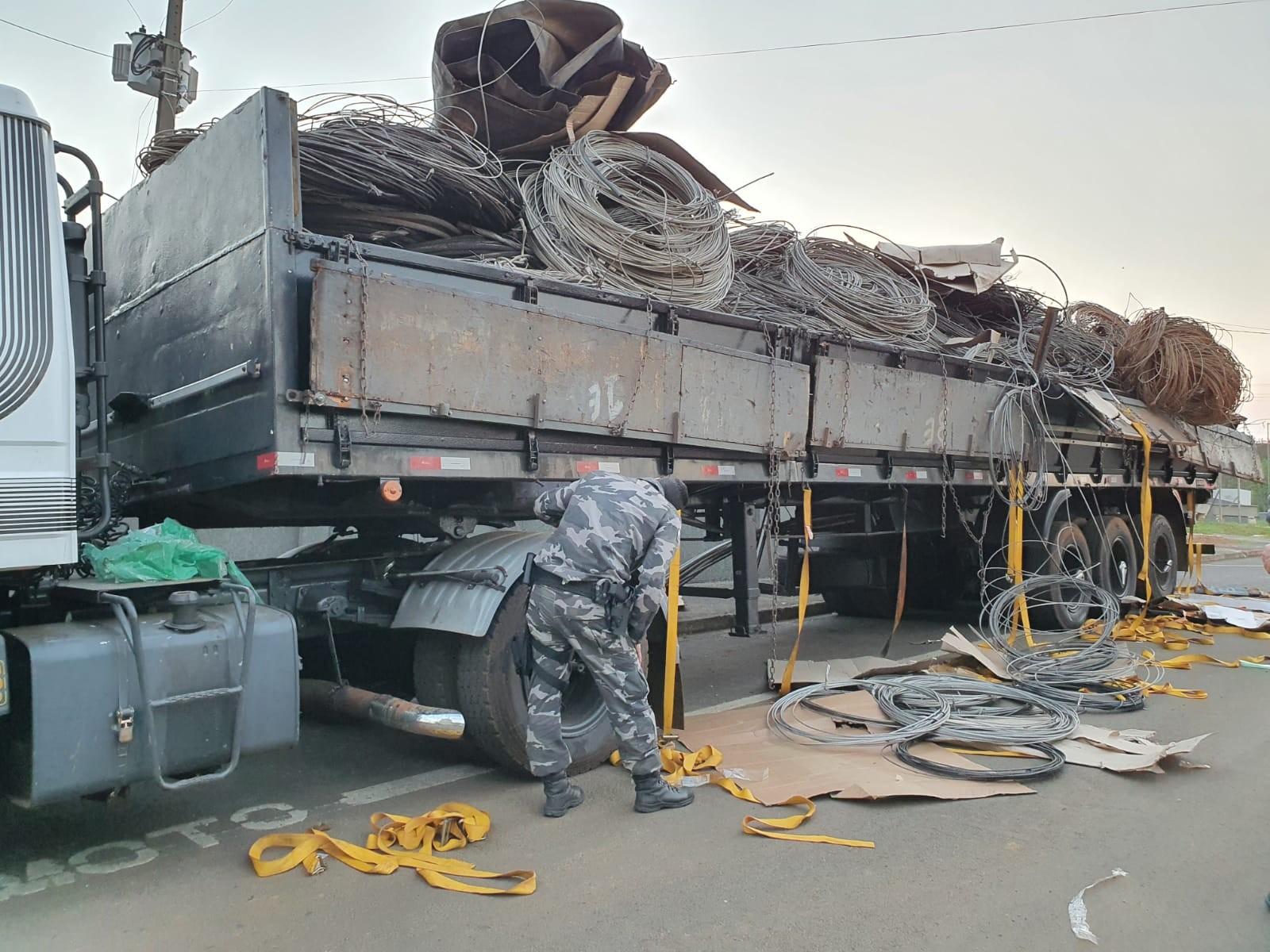 Caminhão estraga, para em posto de combustíveis e polícia encontra tabletes e fardos de maconha no veículo, em Candói