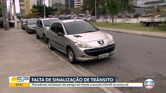 Falta de sinalização de trânsito em frente a escola na zona sul de São Paulo