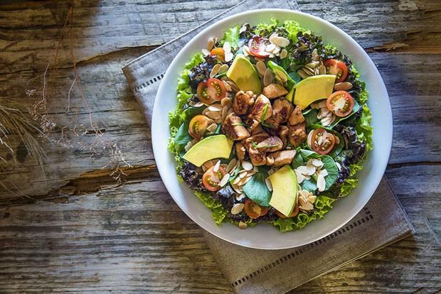 Receita: salada verde de frango com abacate (Foto: Ligia Skowronski)