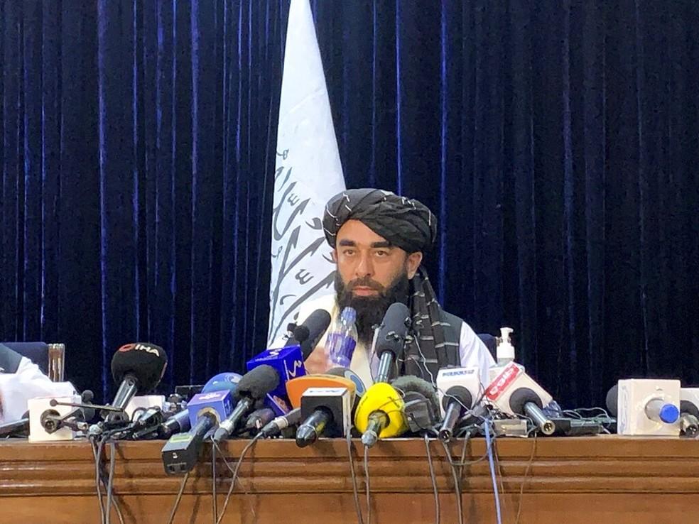 Zabihullah Mujahid, porta-voz do Talibã, durante a primeira entrevista coletiva oficial do grupo depois de tomar o poder no Afeganistão, em 17 de agosto de 2021 — Foto: Rahmat Gul/AP