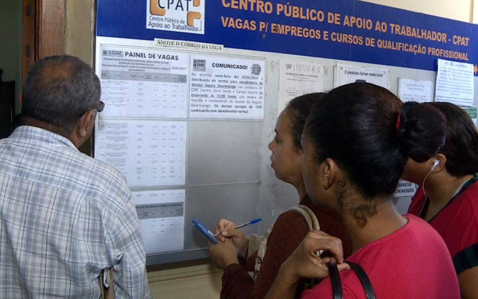 Pessoas observam vagas disponíveis no CPAT, em Campinas (SP).  (Foto: Reprodução EPTV)