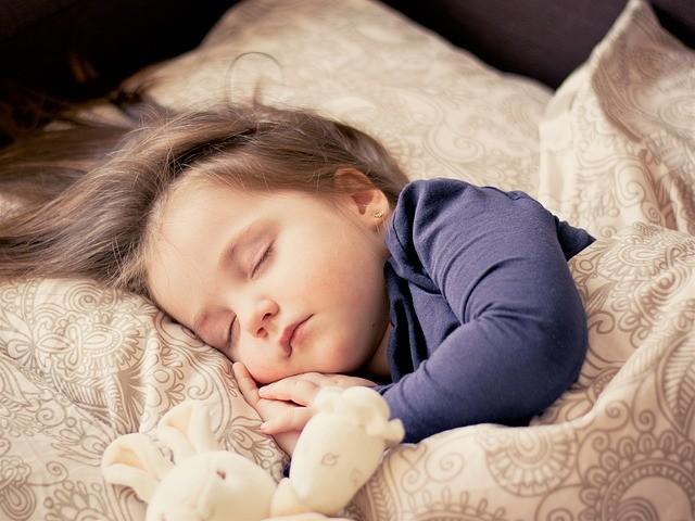 A criança precisa dormir e o pai precisa criar uma rotina de sono saudável (Foto: Creative Commons)