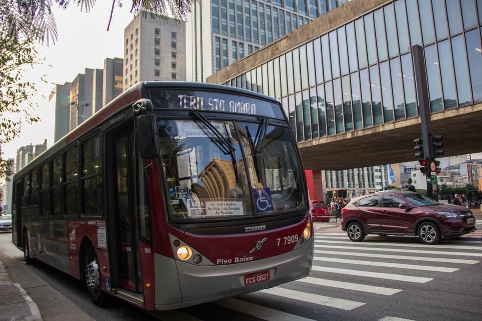 Movimentação de ônibus na Avenida Paulista em São Paulo (SP) — Foto: JÚLIO ZERBATTO/FUTURA PRESS/FUTURA PRESS/ESTADÃO CONTEÚDO