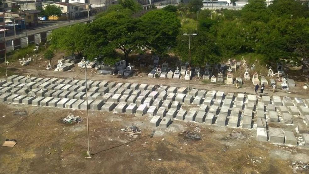 No Equador, novos túmulos tiveram que ser construídos devido ao alto número de mortes por covid-19 — Foto: Getty Images via BBC