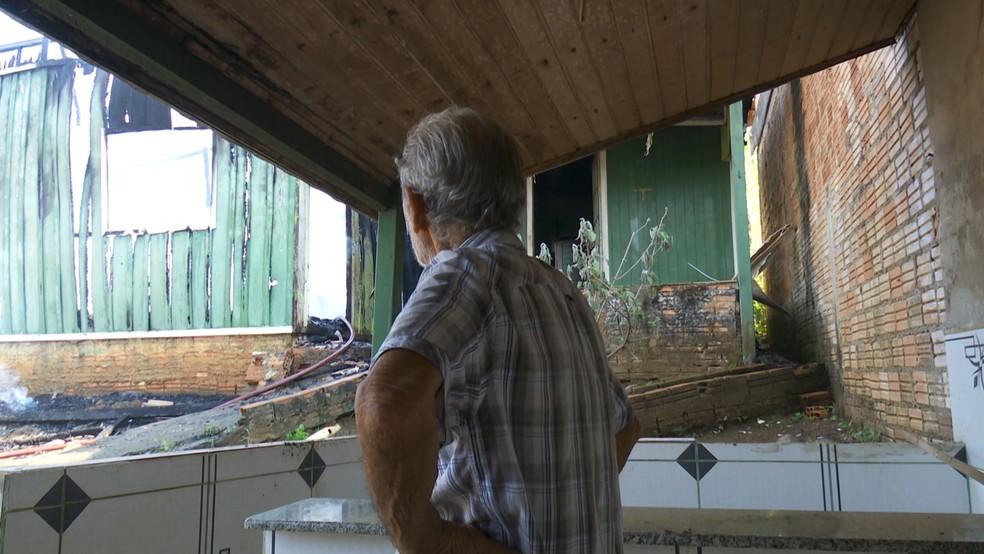 Idoso tem prejuízo de R$ 35 mil após casa que seria alugada ser destruída por incêndio em RO — Foto: Rede Amazônica/Reprodução
