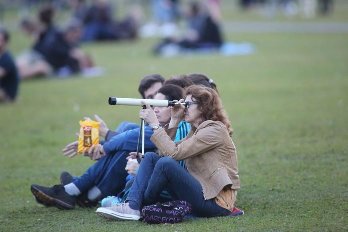Curitibanos foram para o parque para observar a Lua de sangue nesta sexta-feira (27) (Foto: Giuliano Gomes/ PR Press)