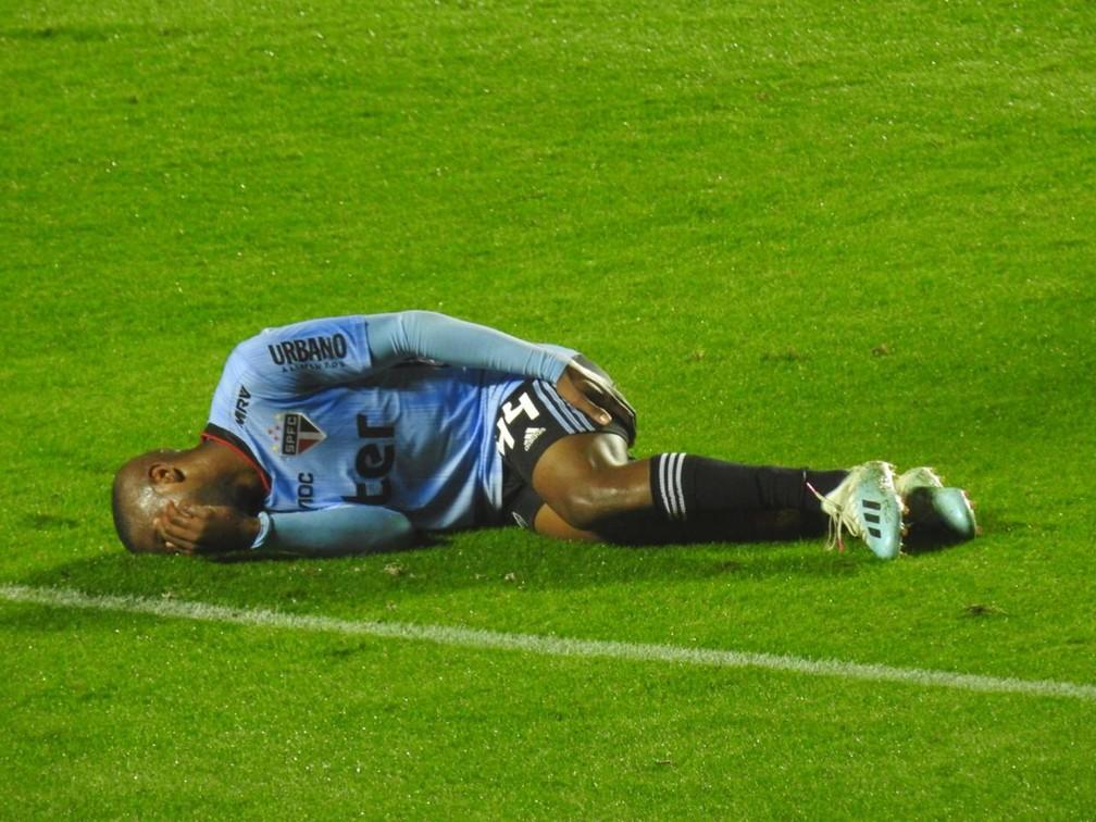 Toró sente a coxa esquerda e cai no chão com dores durante São Paulo e Goiás, no Morumbi — Foto: Marcelo Hazan