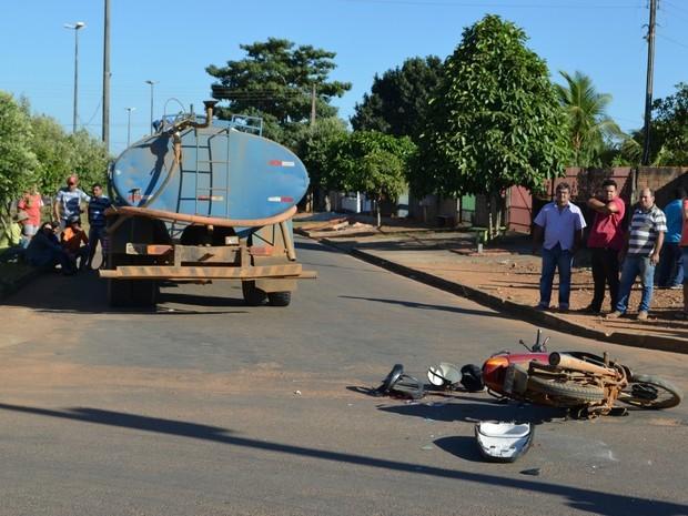 Motociclista foi atingida a caminho do trabalho (Foto: Eliete Marques/G1)