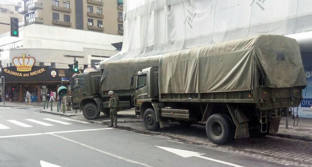 Veículos da Marinha estacionados no Méier durante a Operação Onerat (Foto: Célio Silva)