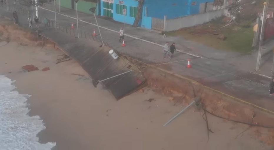 Após estragos da ressaca, prefeitura autoriza obras emergenciais em praia de Balneário Piçarras - Notícias - Plantão Diário