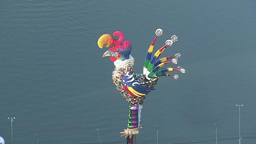 Escultura do galo gigante tem 28 metros e efeitos luminosos — Foto: Reprodução/TV Globo