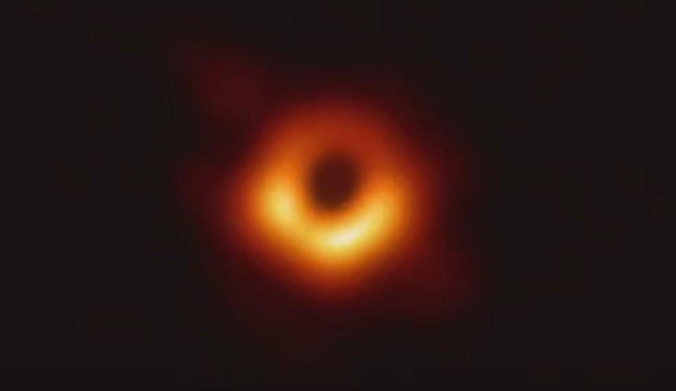 Em abril deste ano, telescópios conseguiram captar a imagem de um buraco negro pela primeira vez — Foto: Reprodução