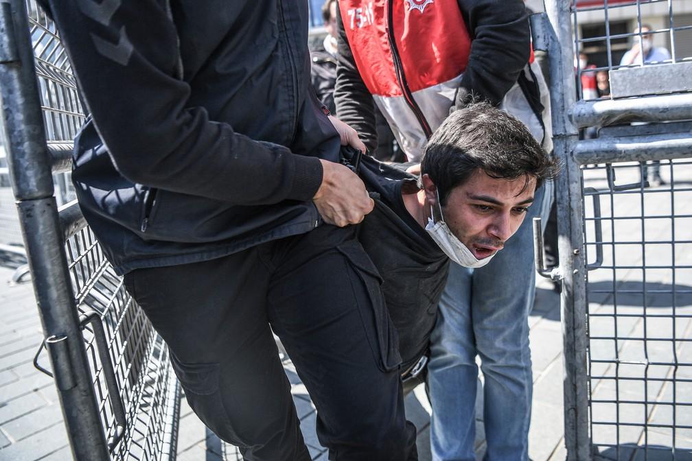 Policiais turcos detêm um manifestante que quer participar de marcha para a Praça Taksim, em Istambul, na Turquia, nesta sexta-feira, 1º de Maio  — Foto: Ozan Kose / AFP