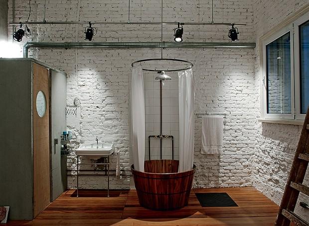 A banheira deu lugar ao ofurô, fixado em cima do deque de garapeira (Foto: Arquivo Casa e Jardim)