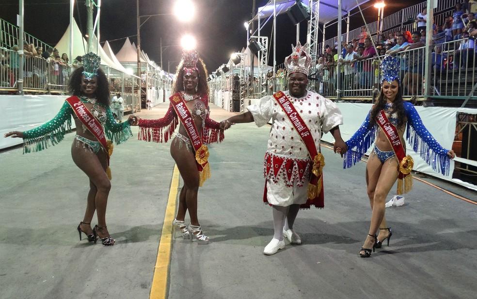 -  Deyse Alves  esq , Gracyele Rocha e Bianca Cardoso  dir  formaram a Corte da Folia 2017 ao lado do Rei Momo Eduardo Rodrigues dos Santos  Foto: Rober