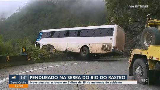 Após acidente, ônibus fica preso em rocha de penhasco na Serra do Rio do Rastro