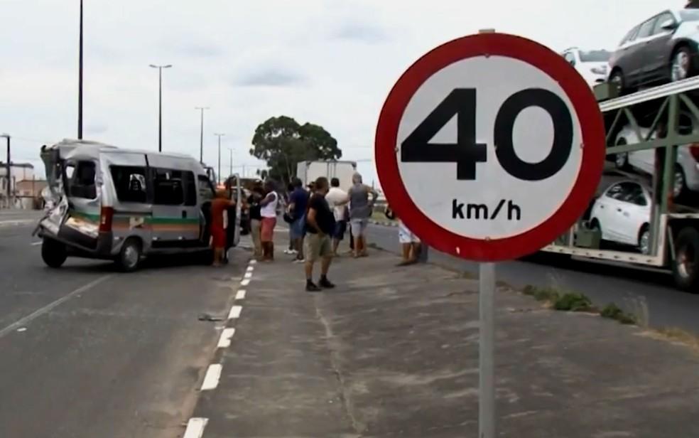 Acidente com van e ônibus deixa 11 feridos em Feira de Santana — Foto: Reprodução/TV Subaé