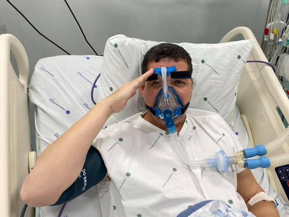 Governador Marcos Rocha, internado na UTI, faz sinal de continência para foto — Foto: Facebook/Reprodução